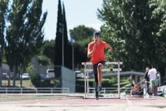 与腿假肢的残疾人运动员训练 免版税图库摄影