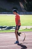 与腿假肢的残疾人运动员训练 图库摄影