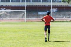 与腿假肢的残疾人运动员训练 库存图片