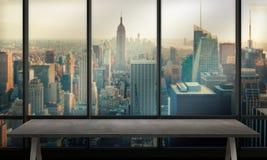 与腿的表和自由空间在办公室 都市风景在背景中 免版税库存图片