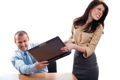 与膝上型计算机战斗的企业同事 免版税库存图片