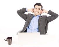 与膝上型计算机放松的商人 免版税库存图片