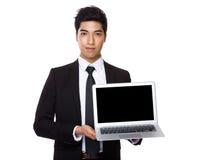 与膝上型计算机显示的商人展示  免版税库存图片