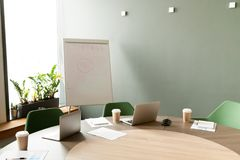 与膝上型计算机的会议桌在办公室有没人的会议室 免版税库存照片