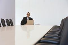与膝上型计算机的商人在证券交易经纪人行情室 免版税库存图片