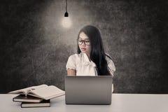 与膝上型计算机的智能妇女研究 免版税库存图片