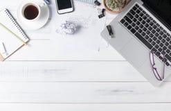 与膝上型计算机的现代白色办公桌桌, 免版税库存照片
