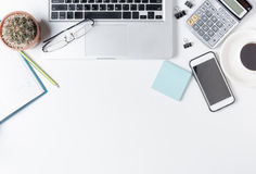 与膝上型计算机的现代白色办公桌桌 库存图片