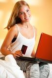 与膝上型计算机的白肤金发的秀丽 免版税图库摄影