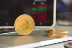 与膝上型计算机股票图表的金黄Bitcoins 库存图片