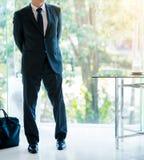与膝上型计算机袋子投稿的可爱的商人 免版税库存图片