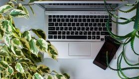 与膝上型计算机,咖啡的现代白色办公桌桌 库存图片