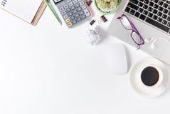 与膝上型计算机,补助的老鼠和的其他的现代白色办公桌桌 免版税图库摄影