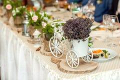 与膳食和装饰教练的婚礼桌 免版税库存图片
