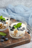 与自创格兰诺拉麦片、酸奶和蓝莓的健康点心 免版税库存图片