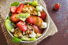 与自创格兰诺拉麦片的水果沙拉 免版税库存照片