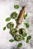 与自创菠菜面团tagliatelle的食物背景,木 免版税库存照片
