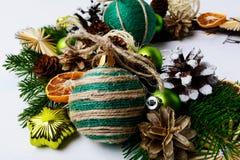 与自创黄麻麻线装饰品的圣诞节花圈 库存图片