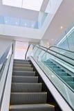 与自动扶梯的现代设计内部 免版税库存照片