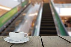 与自动扶梯的Defocus和迷离背景和大阳台木头 库存图片