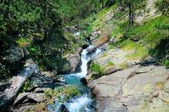 与自来水的小河在山 库存照片