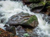 与自来水的小河 免版税库存图片