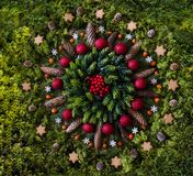 与自然元素的圣诞节坛场 免版税库存照片