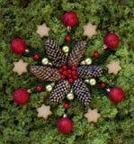 与自然元素的小圣诞节坛场 免版税库存照片