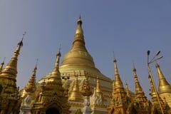 与自然光的金黄Stupa尖顶 库存照片
