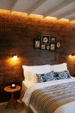 与自然光thro的英国国家葡萄酒卧室内部 免版税库存图片