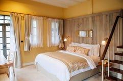 与自然光thro的英国国家葡萄酒卧室内部 免版税库存照片