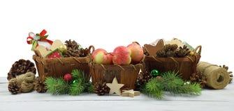 与自然土气细节的圣诞节装饰品 查出 图库摄影