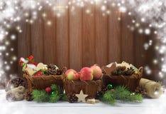 与自然土气细节的圣诞节装饰品 免版税库存照片