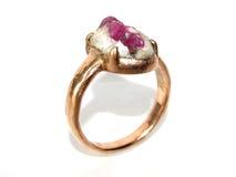与自然宝石的桃红色金戒指 库存图片