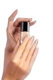 与自然指甲油的被修剪的钉子 与米黄nailpolish的修指甲 时尚修指甲 在瓶的发光的胶凝体亮漆 免版税图库摄影