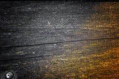 与自然样式和镇压的老木纹理作为背景的表面上 从中心变暗 免版税库存照片