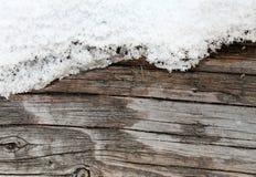 与自然样式的老木纹理 在树背景里面 老脏和被风化的灰色木墙壁板条 库存图片