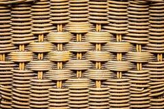 与自然样式的被编织的藤条与竹木头 免版税图库摄影