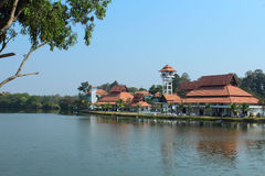 与自然环境的旅馆大厦在反对蓝天的湖附近在泰国 免版税库存照片