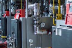 与自然瓦斯炉的现代大功率工业燃气锅炉在燃气锅炉植物中 免版税库存照片