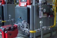 与自然瓦斯炉的现代大功率工业燃气锅炉在燃气锅炉植物中 免版税库存图片