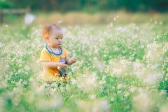 与自然的儿童步行 免版税库存图片