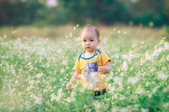 与自然的儿童步行 免版税库存照片