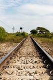 与自然的农村铁路轨道在风景 免版税库存照片