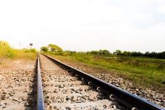 与自然的农村铁路轨道在风景 库存照片