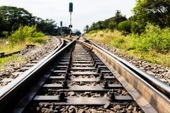 与自然的农村铁路轨道在风景 免版税图库摄影