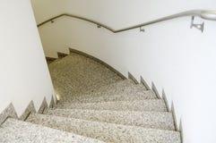 与自然石头和不锈钢栏杆的楼梯 免版税库存照片