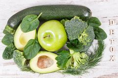 与自然绿色成份的题字戒毒所当来源维生素和矿物 库存照片