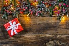 与自然绿色边界和光的红色圣诞节礼物 图库摄影