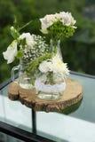 与自然花焦点的婚礼装饰 库存图片